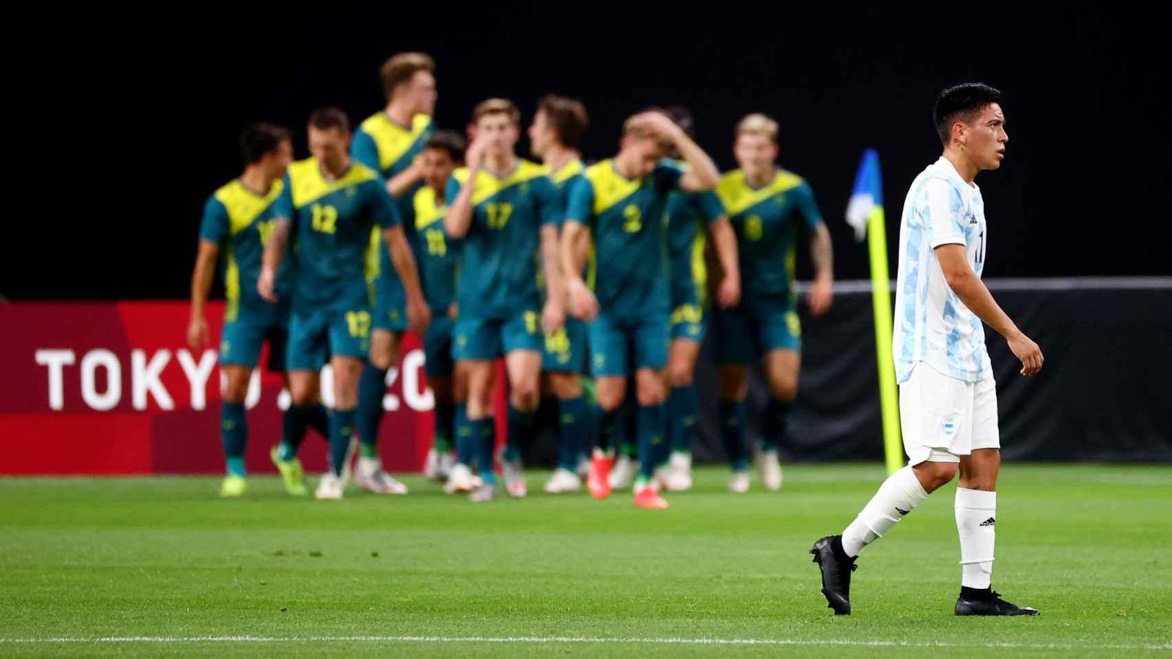 La selección de Australia celebra uno de sus goles delante de un Ezequiel Barco cabizbajo