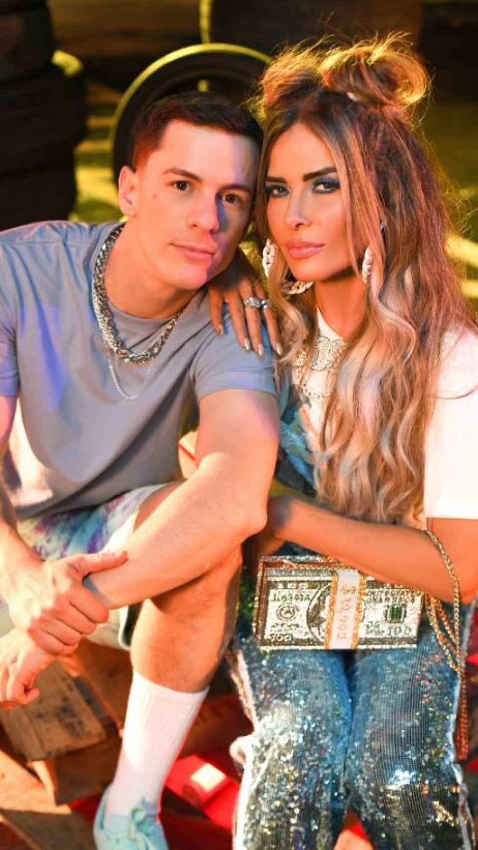 La cantante junto a su compañero Guaynaa.