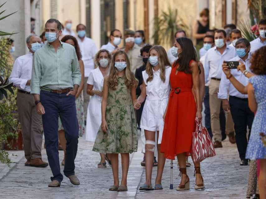 Una de las salidas de los Reyes y sus hijas de Marivent durante el verano de 2020.