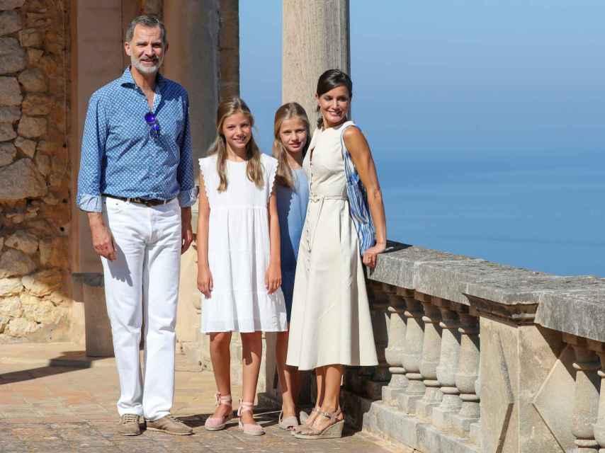 Los Reyes y sus hijas en el museo de Deia en Mallorca.