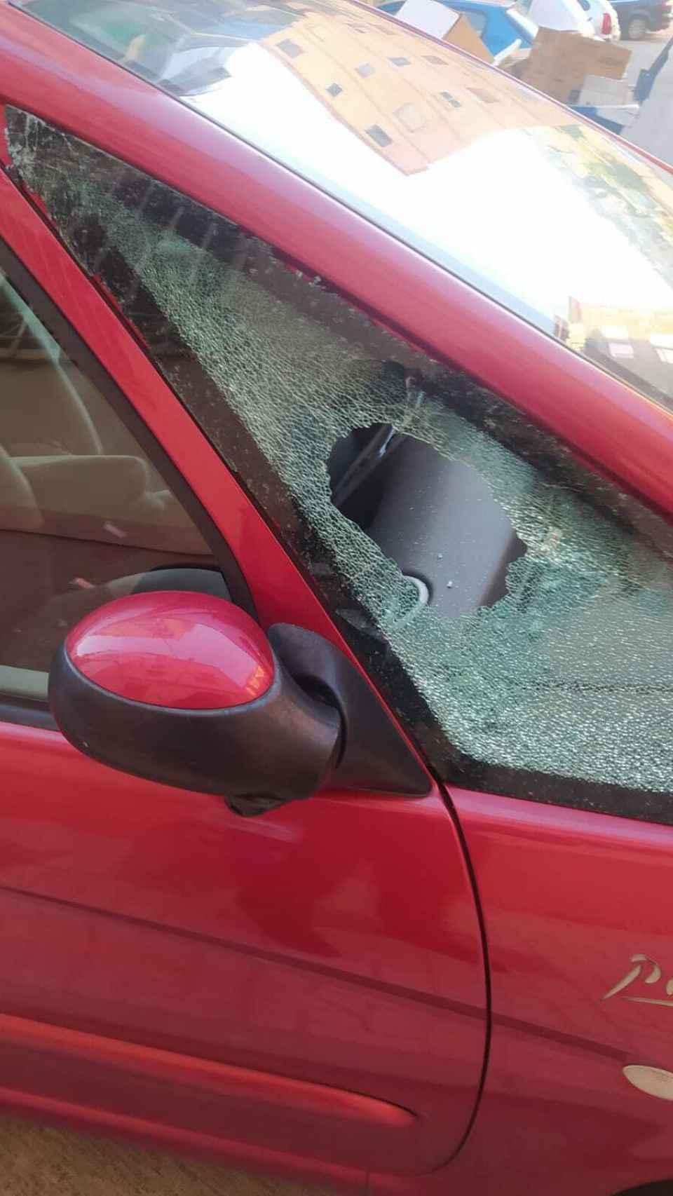 Así quedó el coche de una de las vecinas.