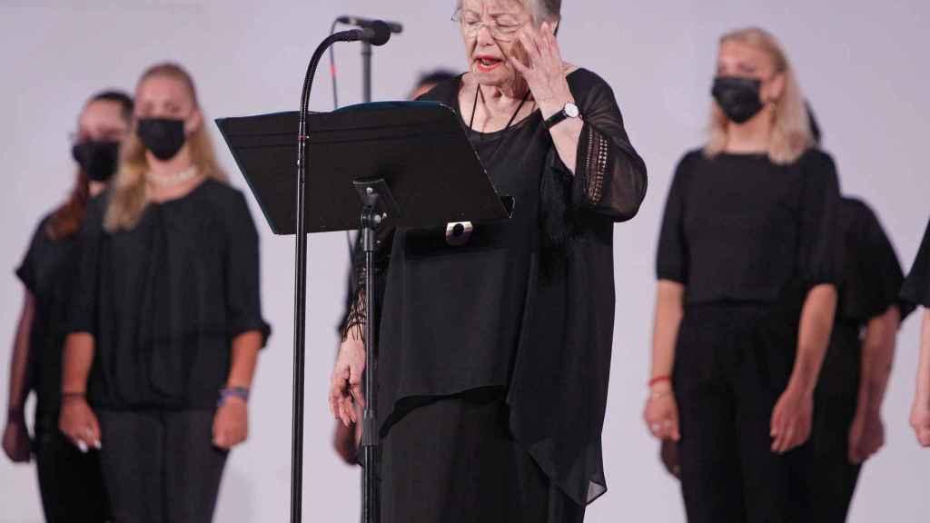 María Galiana durante la lectura de los poemas en el escenario del Certamen de Habaneras de Torrevieja