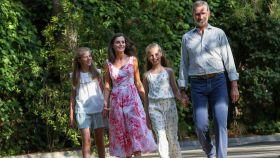 Felipe y Letizia, junto a la princesa Leonor y la infanta Sofía, en los jardines de Marivent.