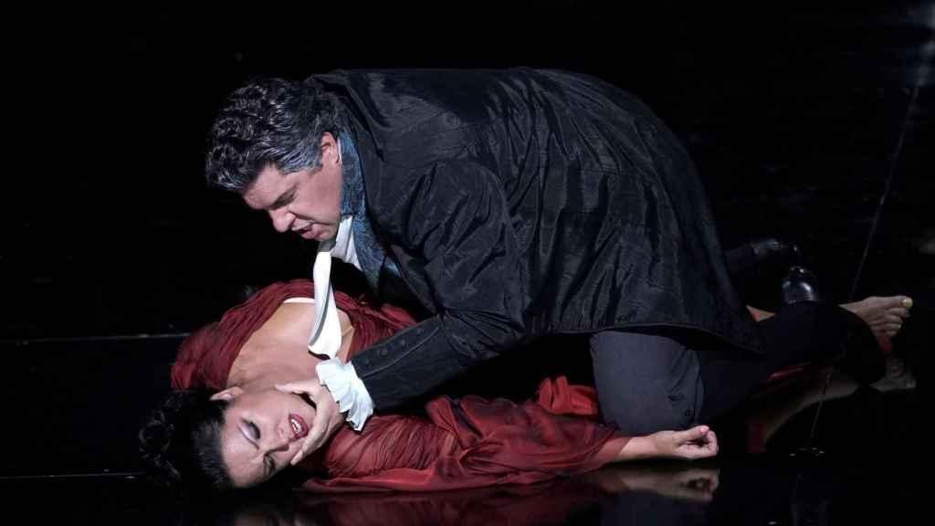 La soprano Anna Netrebko y el barítono Luca Salsi durante su interpretación de 'Tosca' en el Teatro Real.
