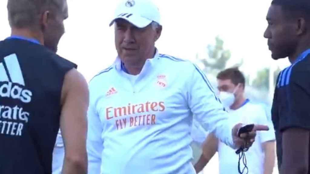 Ancelotti hablando con Odegaard y Alaba