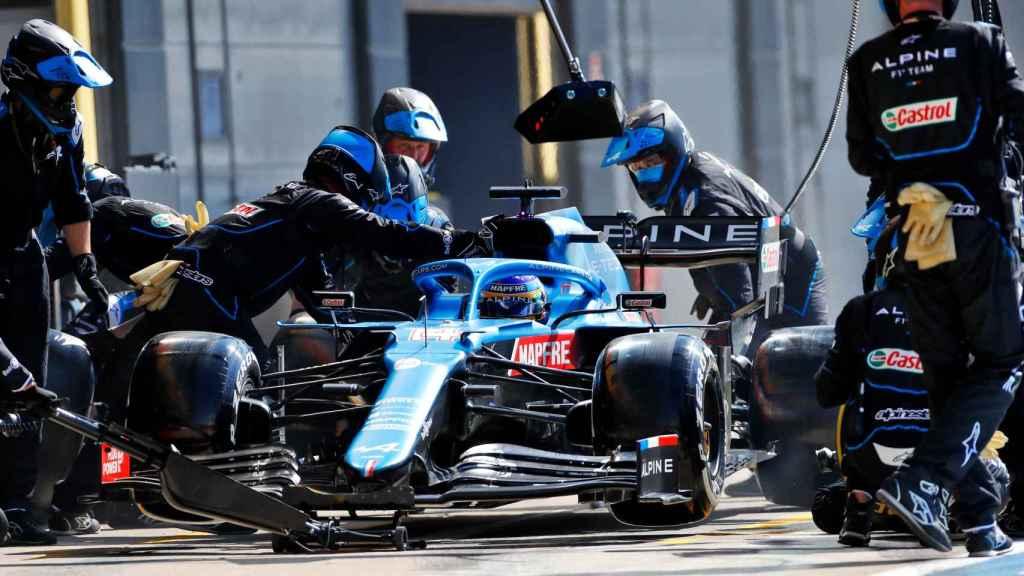 Fernando Alonso saliendo de boxes en Silverstone