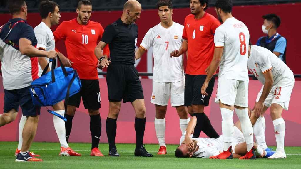 La lesión de Óscar Mingueza durante el partido de la fase de grupos de los Juegos Olímpicos ante Egipto