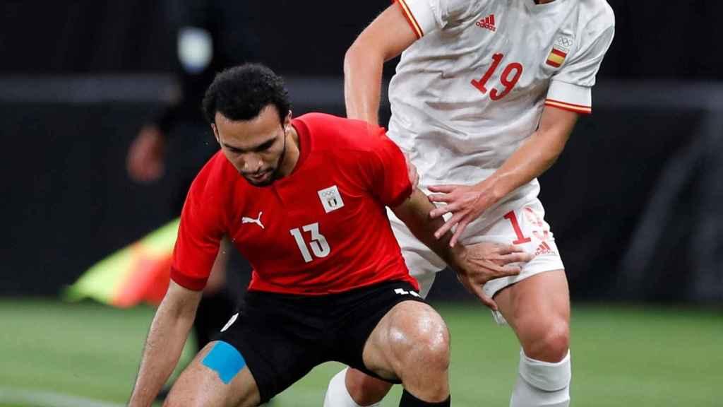 Dani Olmo presiona a un jugador de Egipto