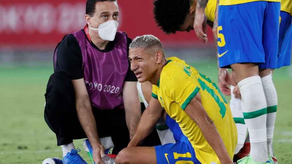 Richarlison se duele tras recibir una entrada en los Juegos Olímpicos