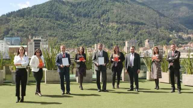 El equipo de Sacyr en Colombia con la certificación.