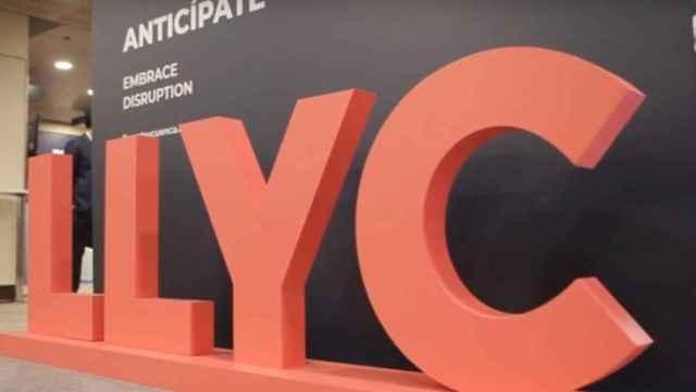 Un rótulo de LLYC en un evento sobre comunicación corporativa.