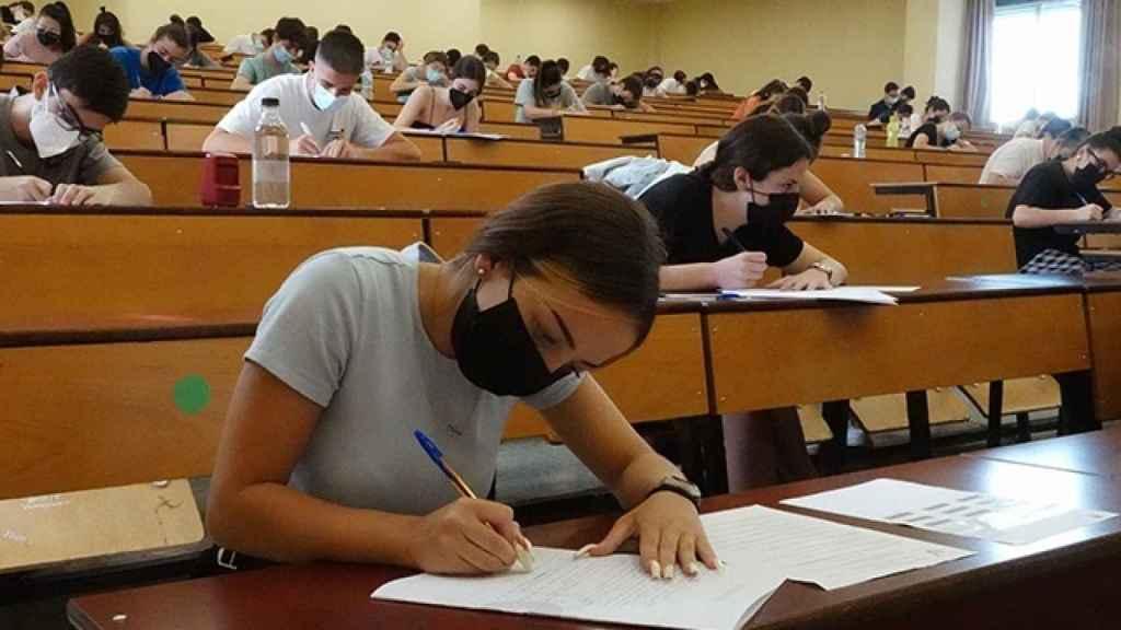 Imagen de un aula durante Selectividad.