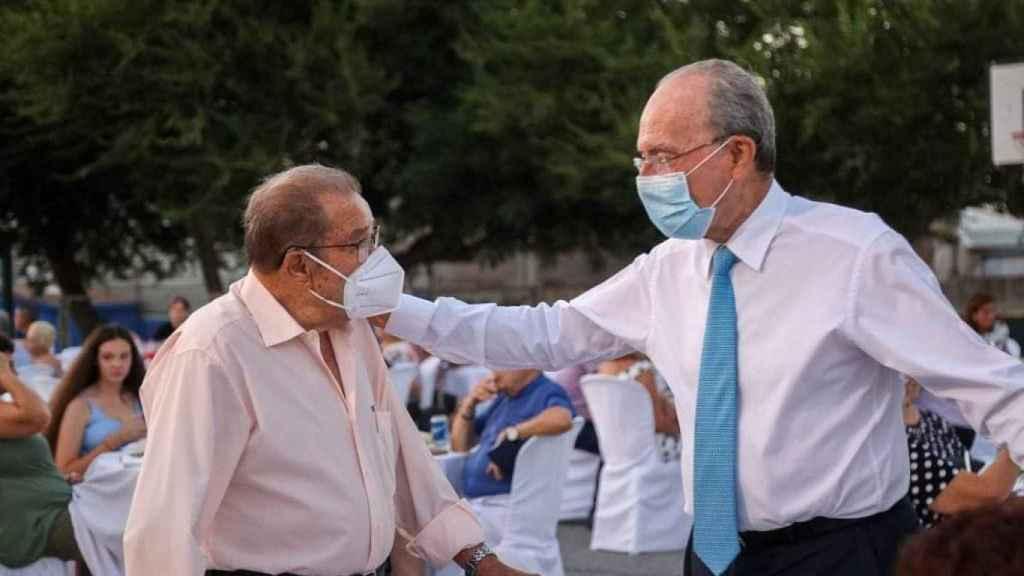 De la Torre saluda a un mayor en la cena organizada en el distrito de Campanillas.