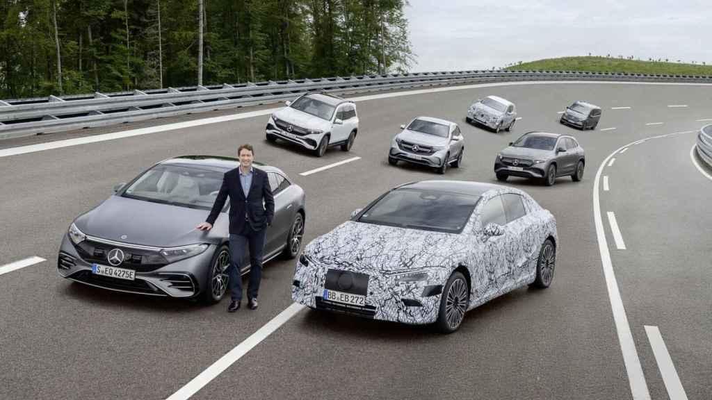El consejero delegado de Daimler y Mercedes-Benz, Ola Källenius, junto a los eléctricos.