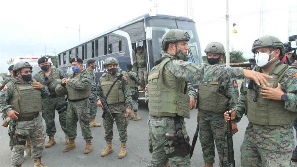 Militares enviados para sofocar los motines en las cárceles de ecuador.