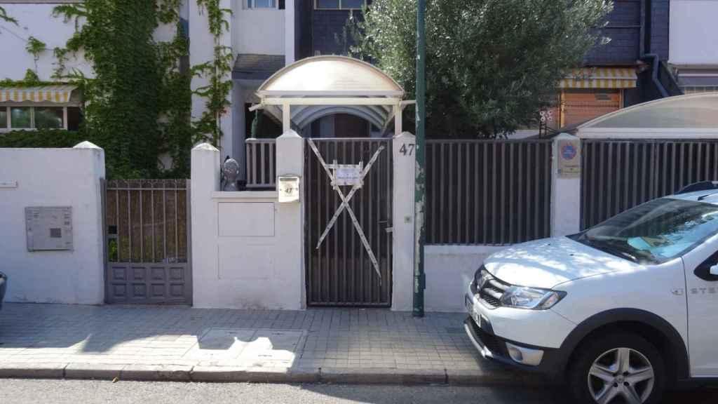 Precinto policial en el portal donde se produjo el crimen machista.
