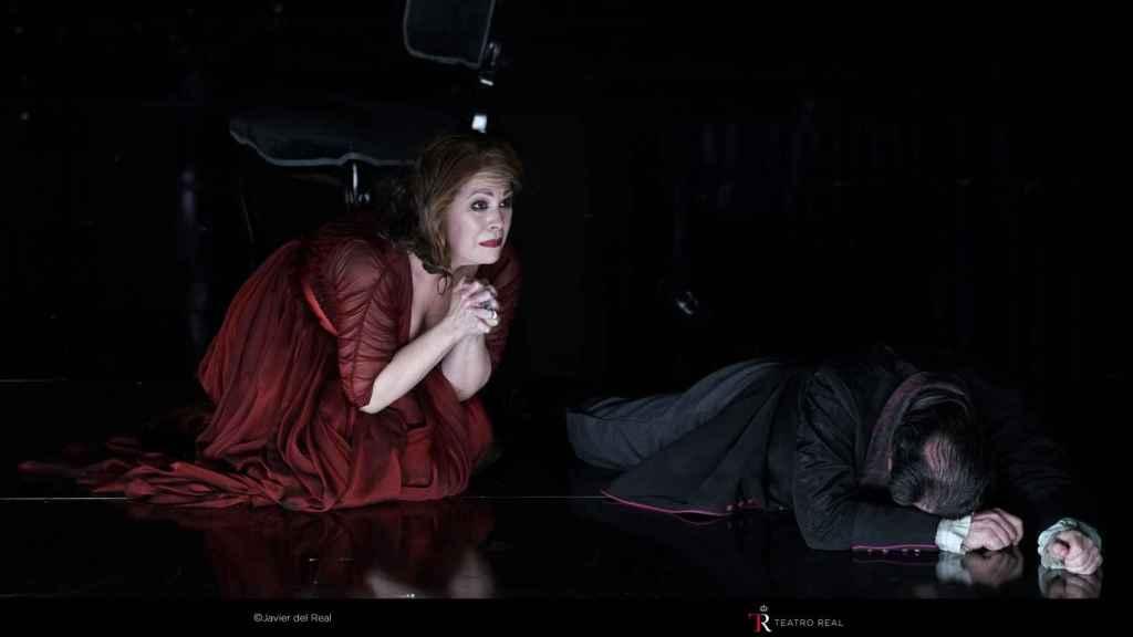 La soprano Sondra Radvanovsky en pleno bis en el Teatro Real.