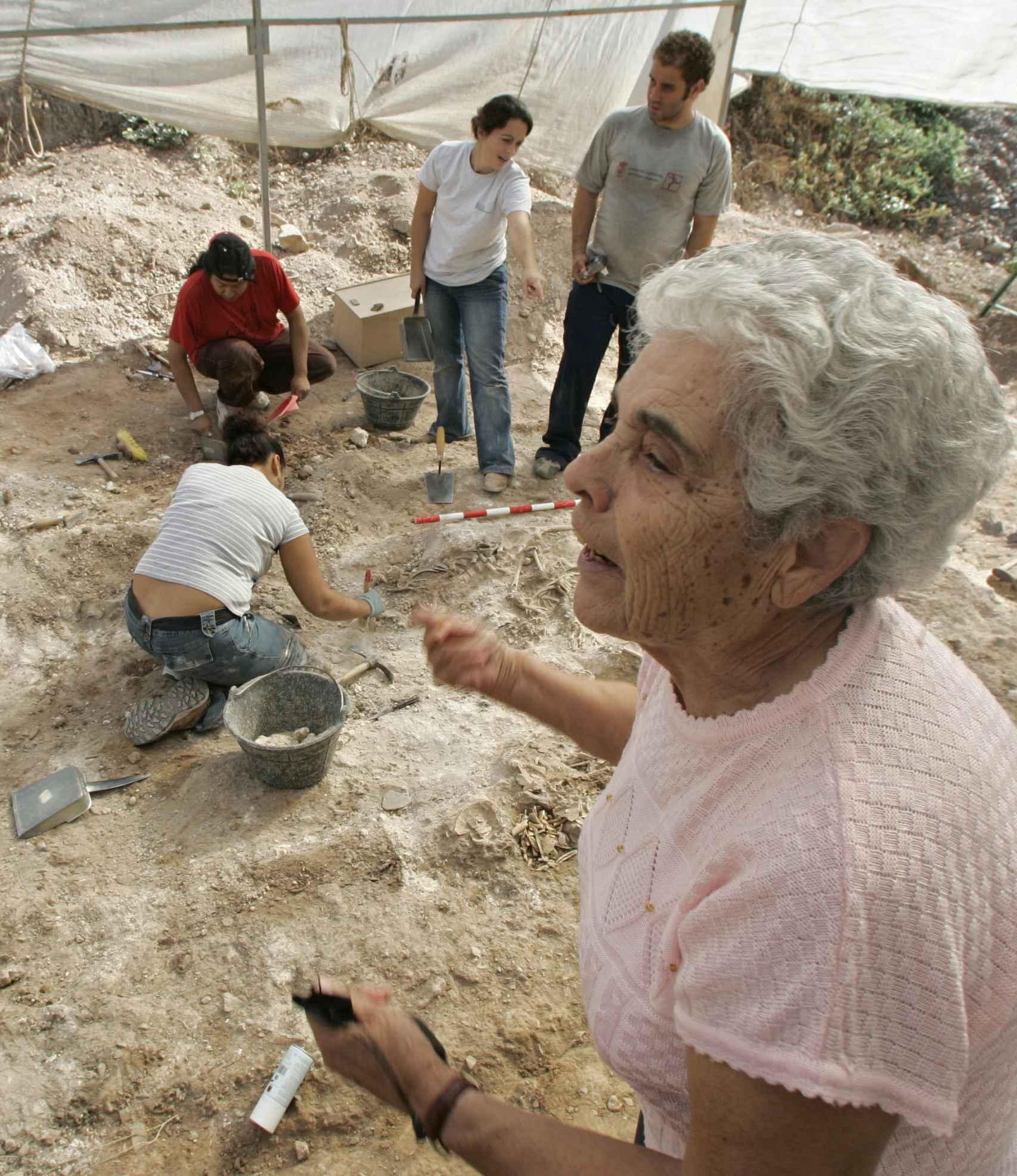 Juliana Sánchez junto a la fosa común que contiene los restos de su padre, asesinado por los fascistas durante la Guerra Civil.