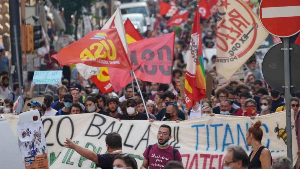 Manifestantes contra el foro internacional del G20 en las calles de Napolés.