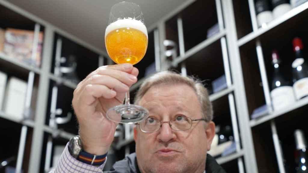 Carlos Gómez, docente de la Escuela Española de Cata, observa una de las cervezas durante la cata.