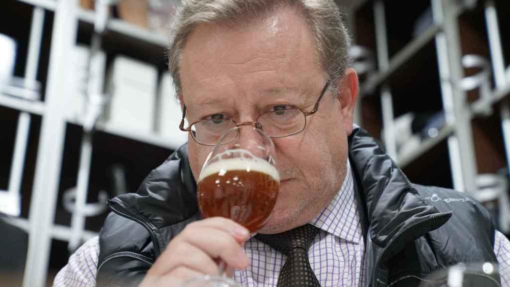 El analista sensorial, Carlos Gómez, explica los matices que percibe en las cervezas probadas.