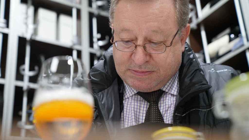 Carlos Gómez apunta los matices que va percibiendo en cada cerveza probada.