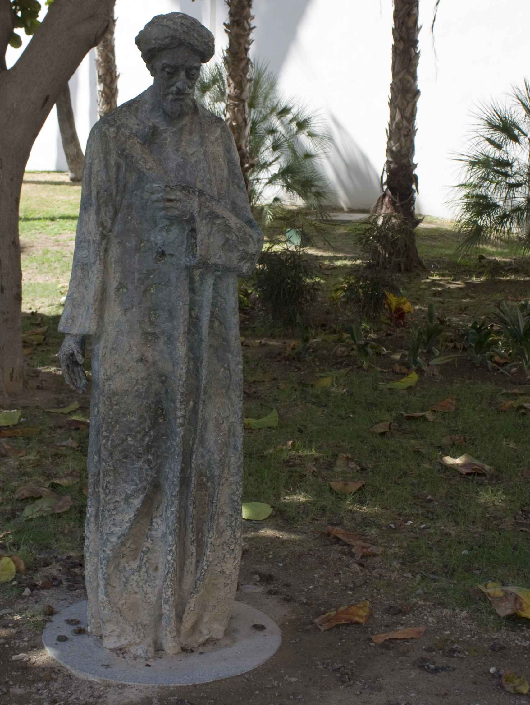 La estatua de Gabirol en la calle Alcazabilla.
