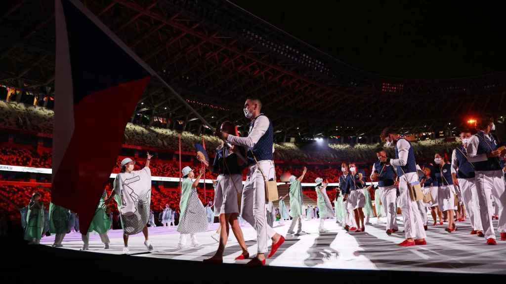 El abanderado de República Checa durante la ceremonia de los JJOO