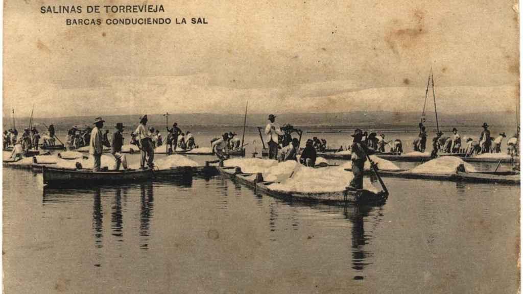 Barcas conduciendo la sal por las salinas de Torrevieja.