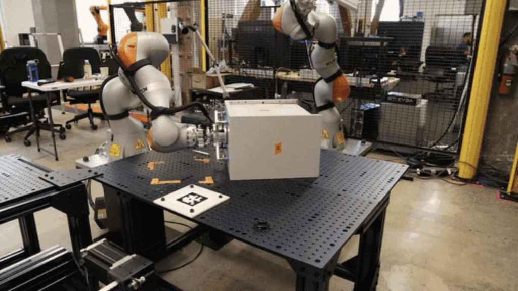 Brazos robóticos trabajando