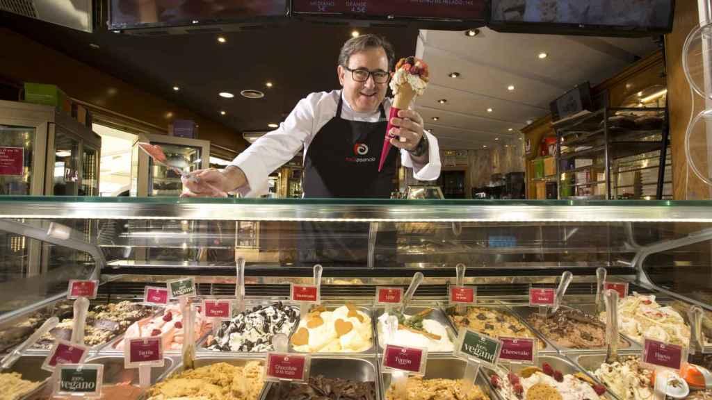 Raúl Asencio, en una de sus heladerías donde vende sabores como Flan de Aspe.