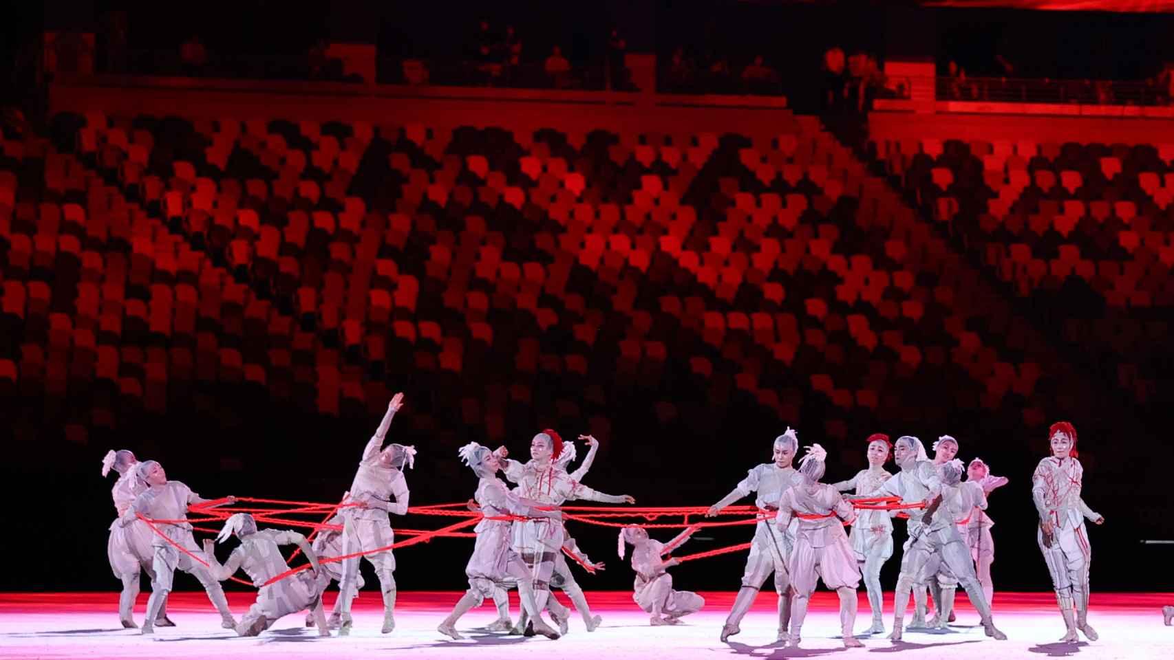 El Estadio Olímpico de Tokio se llena de luz y bailarines