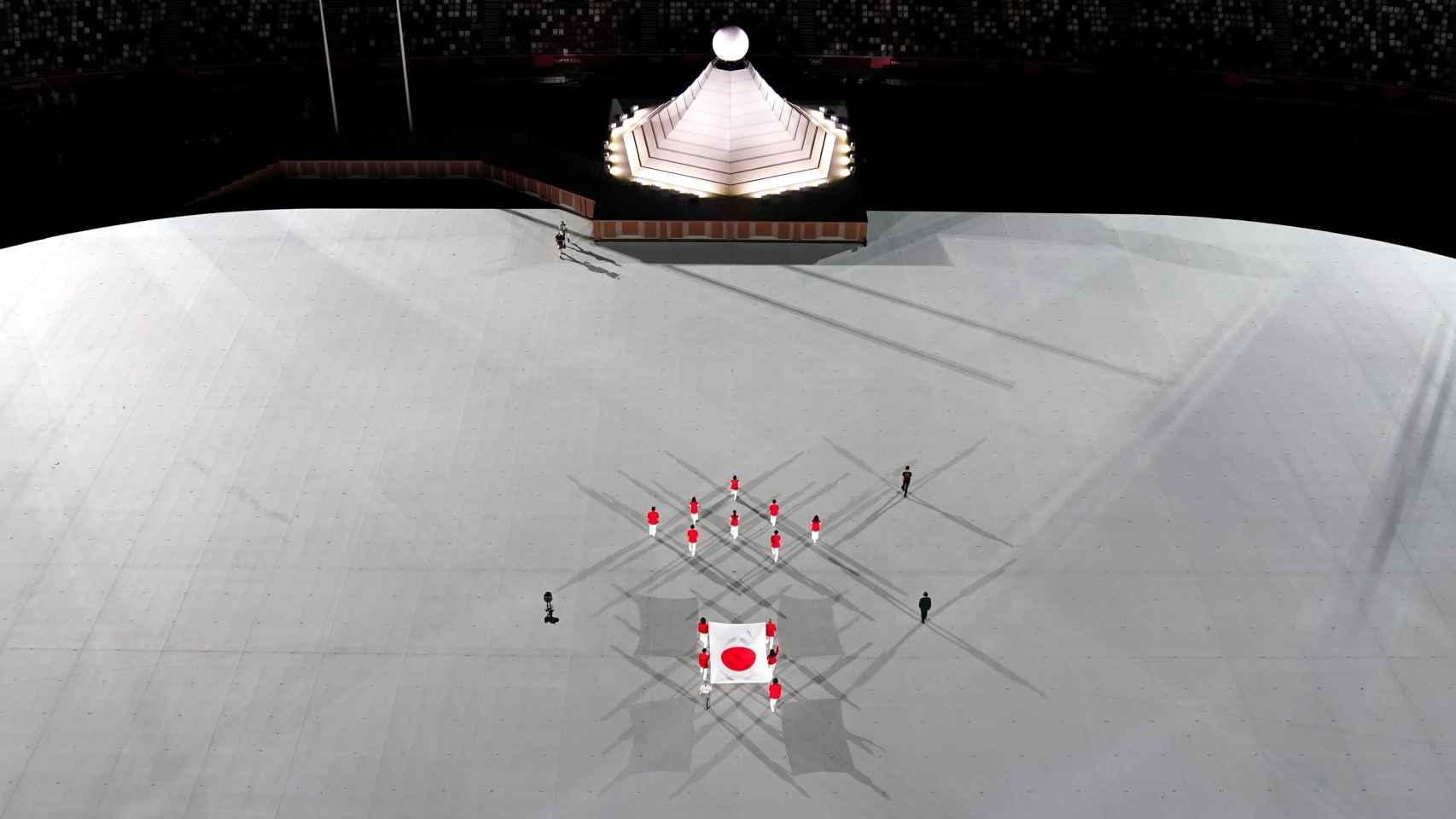 La bandera de Japón entra en el Estadio Olímpico de Tokio