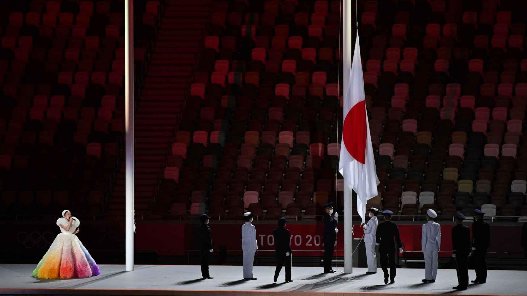 La bandera de Japón es izada en el Estadio Olímpico de Tokio mientras suena el himno del país