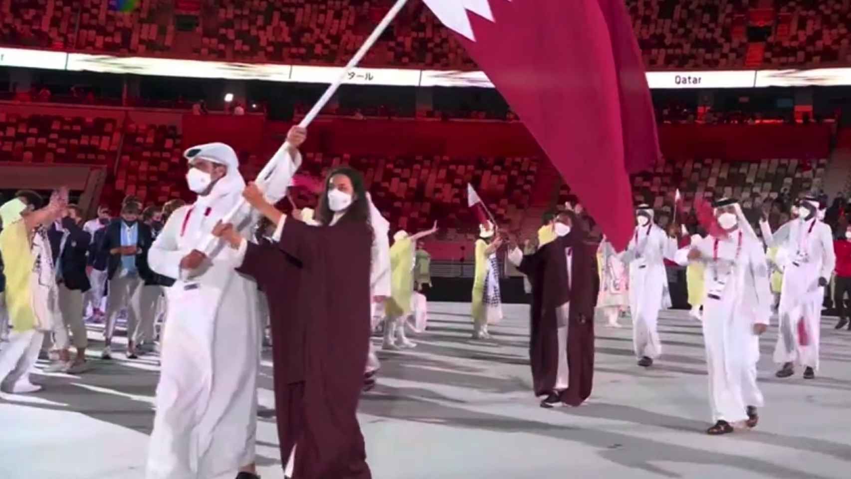 Tala Abujbara, la abanderada catarí, desfila sin velo durante la Ceremonia de Apertura de los JJOO de Tokio 2020