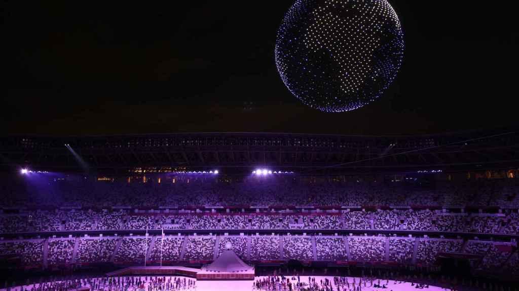 Una nube de drones dibuja el globo terráqueo sobre el Estadio Olímpico