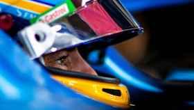 Fernando Alonso dentro de su A521