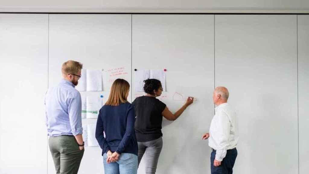 Un grupo de trabajadores en unas oficinas.