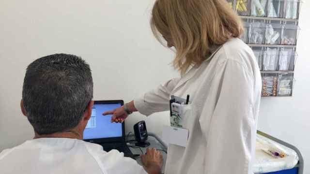 Dos médicos consultando unos datos en el ordenador en una foto de archivo.