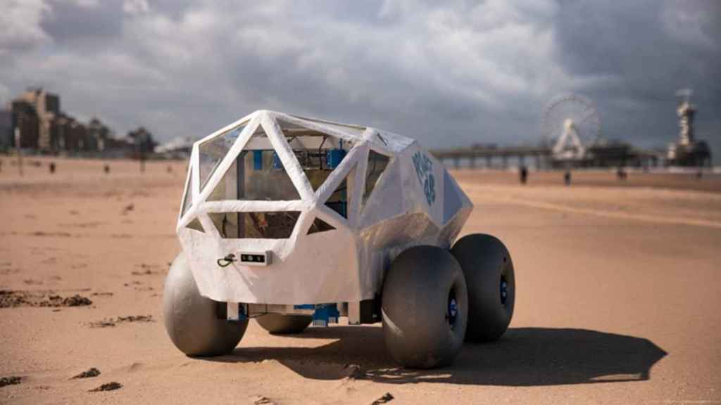 Un robot que recoge las colillas de cigarrillos de la arena de la playa.