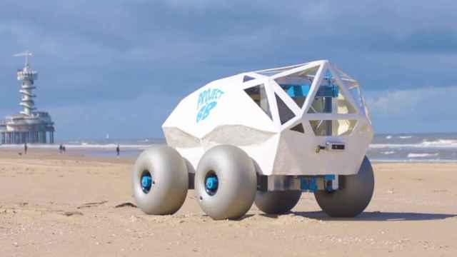 Crean un robot autónomo que mantiene la arena de la playa limpia de basura