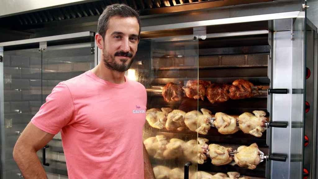 Rubén Galván, tercera generación a cargo de los asadores Casa Galván, posa con los pollos más exitosos de Madrid.