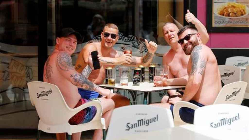 Un grupo de británicos en una terraza de Benidorm