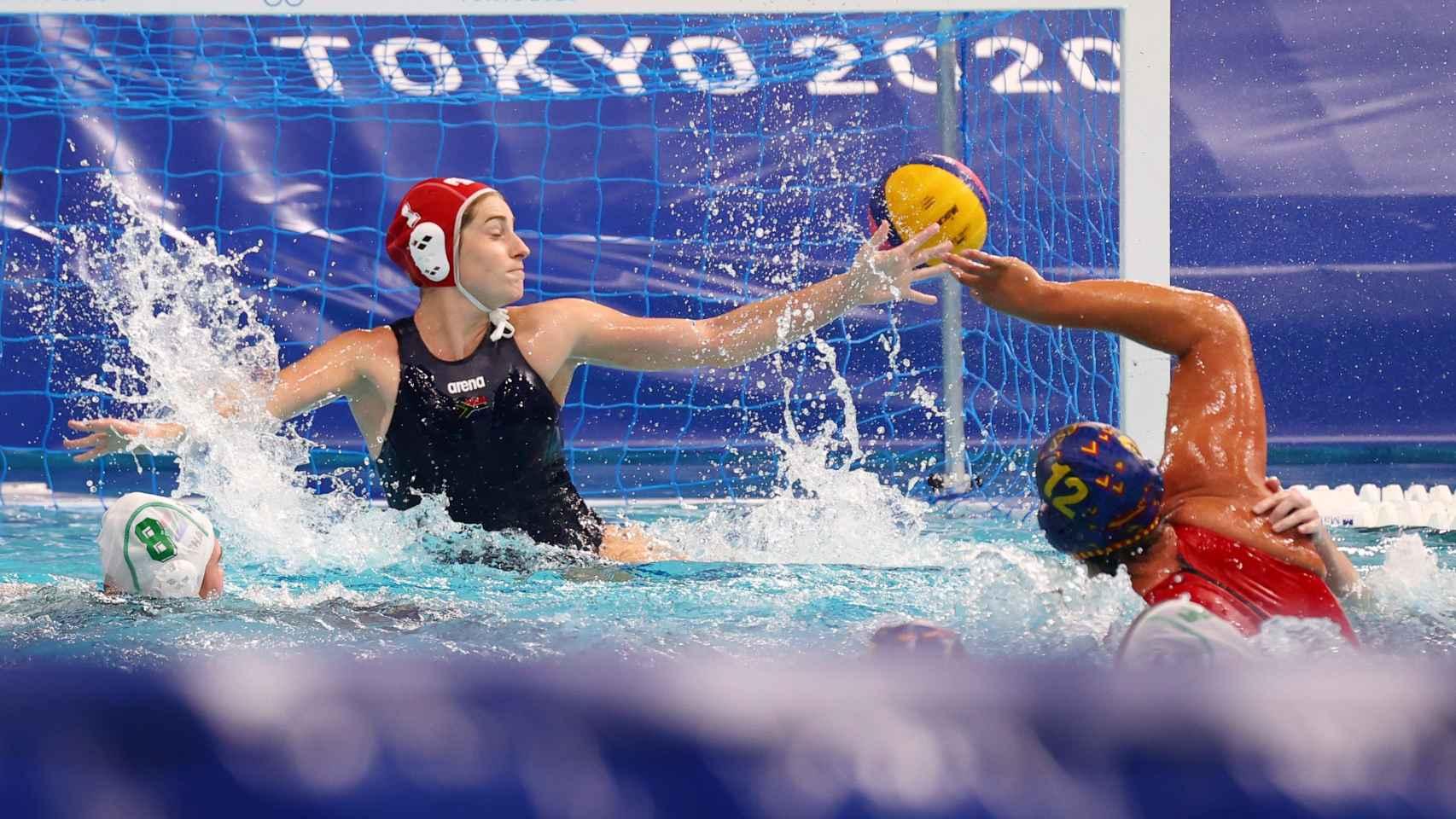 Una jugadora de España de Waterpolo lanza en los Juegos Olímpicos
