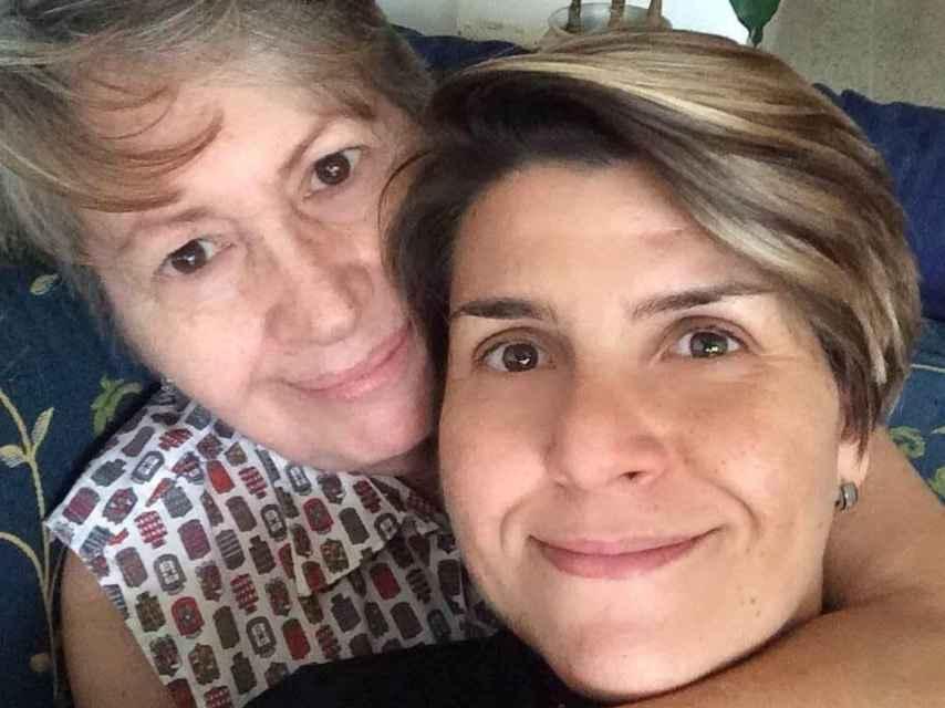 Gabby Baldissera junto a su madre, nacida en Pontevedra y emigrada a Venezuela cuando tenía tres años.