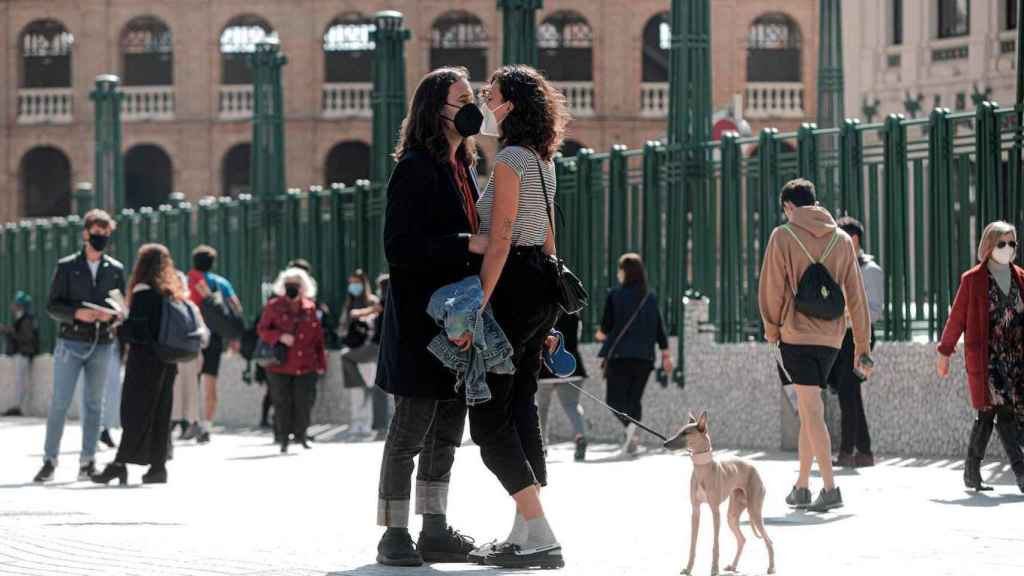Personas con mascarilla en el centro de Valencia