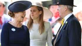 Sarah Ferguson, la princesa Beatriz y el príncipe Andrés en Royal Ascot 2018.