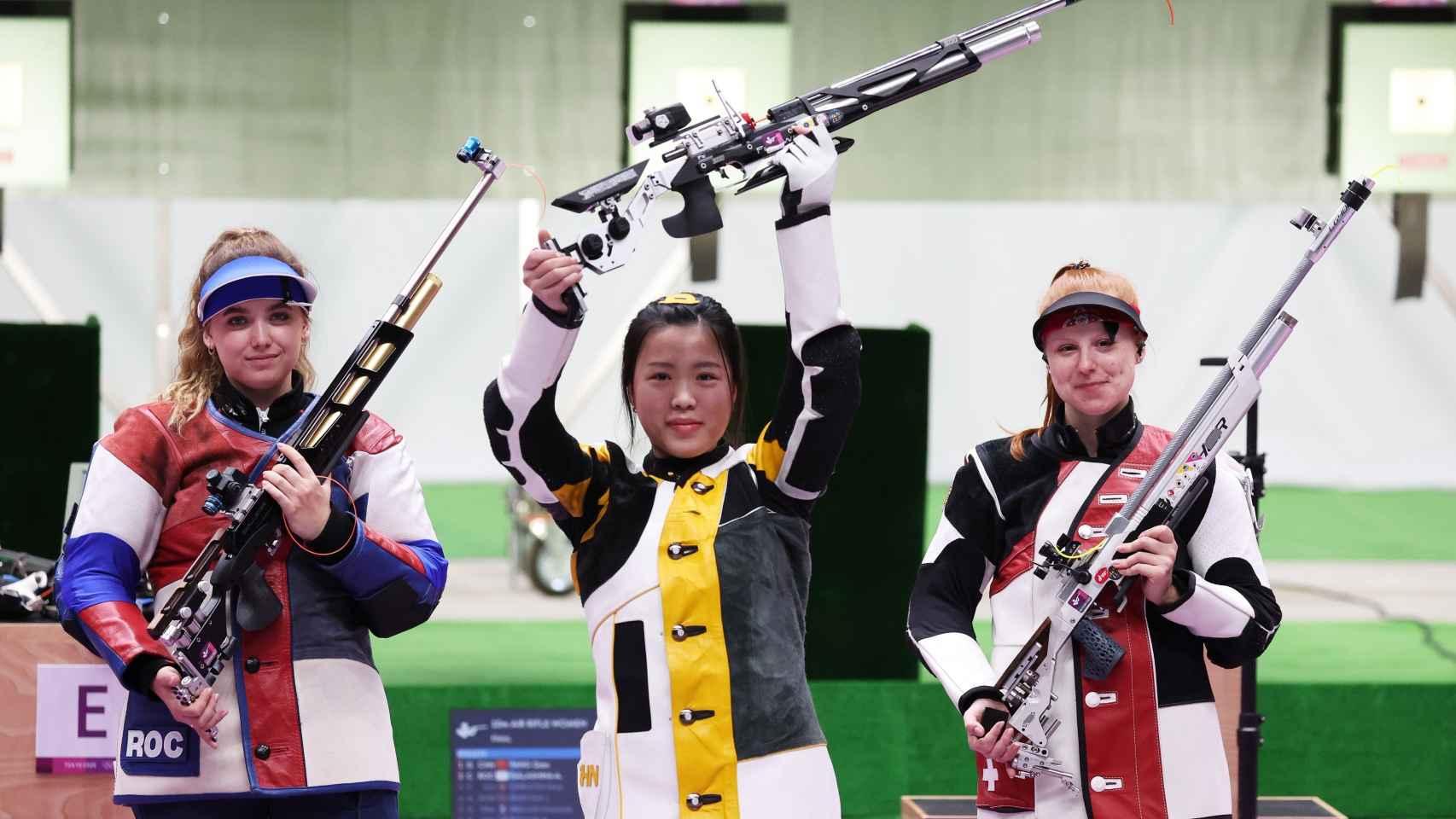 Yang celebra su victoria en rifle en los JJOO de Tokio 2020