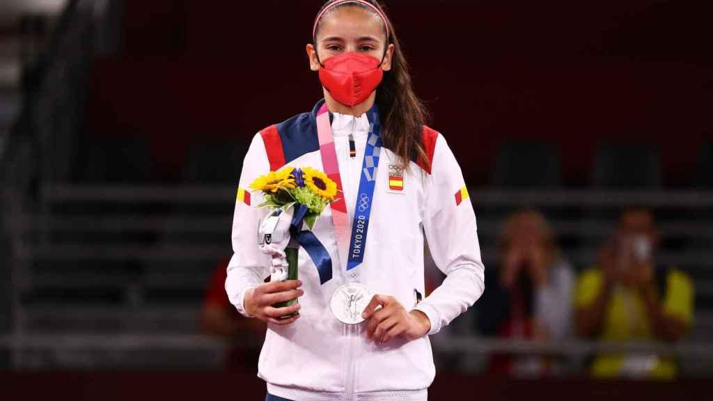 Adriana Cerezo en el podio con la medalla de plata al cuello