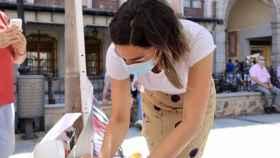 La vicesecretaria de Igualdad y Familia del Partido Popular de Castilla-La Mancha y portavoz de la formación en el Ayuntamiento de Toledo, Claudia Alonso, en la plaza de Zocodover